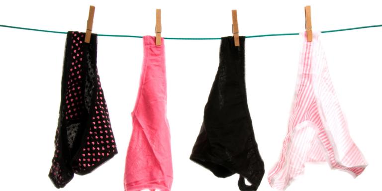 Des culottes menstruelles sèchent sur un fil à linge